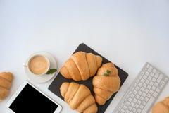 Composizione piana in disposizione con il croissant e la tazza saporiti immagine stock