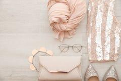 Composizione piana in disposizione con l'attrezzatura femminile alla moda immagini stock libere da diritti