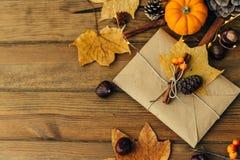Composizione piana in disposizione con la busta del mestiere, zucca, foglie di autunno fotografie stock libere da diritti