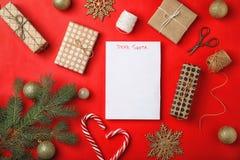 Composizione piana in disposizione con la lettera puerile alla decorazione di Natale e di Santa Claus fotografie stock