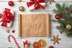 Composizione piana in disposizione con la lista del ` s di Santa e la decorazione vuote di Natale immagini stock libere da diritti