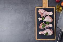 Composizione posta piana con carne di pollo cruda e spazio per testo su grigio fotografie stock