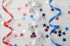 Composizione posta piana con le fiamme variopinte del partito Festa dell'indipendenza di U fotografie stock libere da diritti
