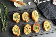 Composizione posta piana con pane all'aglio casalingo saporito immagini stock libere da diritti