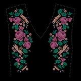 Composizione ricamata con le rose, i wildflowers, le foglie e la libellula Progettazione floreale del ricamo del punto di raso su illustrazione di stock