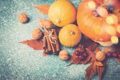 Composizione in ringraziamento della zucca di autunno con le foglie ed i dadi Vista superiore Fotografie Stock Libere da Diritti
