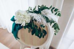 Composizione romantica con le rose e piuma sulla parte posteriore della sedia Primo piano fotografie stock libere da diritti