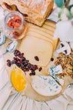 Composizione saporita del primo piano dei tipi differenti di formaggio, di prugne e di noci disposti sul tableview di nozze qui s Immagine Stock Libera da Diritti