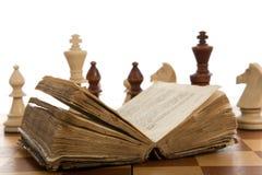Composizione in scacchi con il libro Fotografia Stock