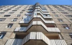 Composizione simmetrica di una costruzione di appartamento Immagine Stock