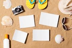 Composizione in vacanze estive I Flip-flop, il cappello ed altro farciscono Immagini Stock Libere da Diritti
