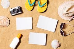 Composizione in vacanze estive I Flip-flop, il cappello ed altro farciscono Immagine Stock Libera da Diritti