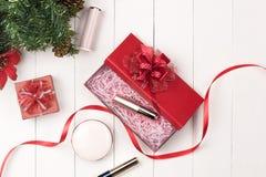 Composizione in vista superiore dei cosmetici Natale Disposizione piana fra del nuovo anno Immagine Stock