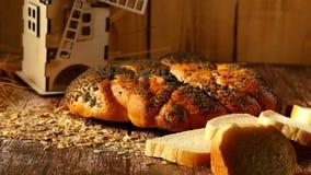 Composizioni nel forno del grano: una pagnotta con i semi di papavero e un mulino decorativo Agricoltura e forno stock footage