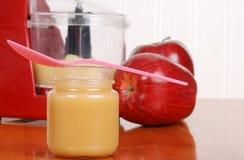 Composta di mele casalinga del bambino del primo piano Fotografia Stock Libera da Diritti