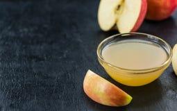 Composta di mele su una lastra dell'ardesia Fotografia Stock