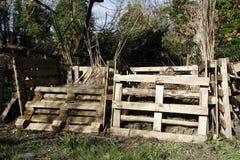 Compostbakken van oude pallets worden gemaakt die Stock Foto's