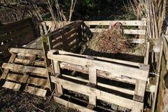 Compostbakken van oude pallets worden gemaakt die Stock Afbeeldingen