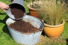 compostbehållarepåfyllning Arkivfoto