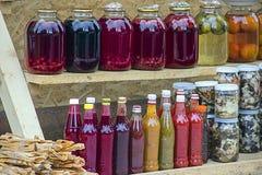 Composte, inceppamento, inceppamenti e salse georgiane tradizionali dalle bacche, dalla frutta e dalle verdure a casa Fotografia Stock Libera da Diritti