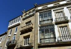 compostela de santiago Испания Квадрат Cervantes, традиционный образец архитектуры Старые каменные дома с утюгом, стеклом и белой стоковые фото
