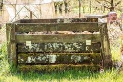 Compostez le tas avec le sol fertile dans le jardin vert photographie stock libre de droits