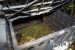 Composting av organisk kompost med grön avfalls arkivbild