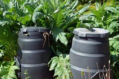 Composting fack i trädgård arkivbild