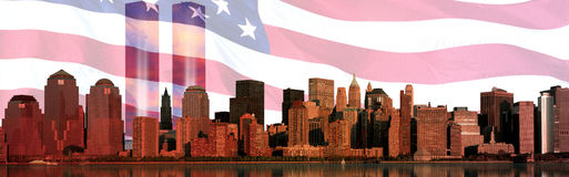 Composto de Digitas: A skyline de Manhattan, bandeira americana, World Trade Center ilumina o memorial Imagens de Stock
