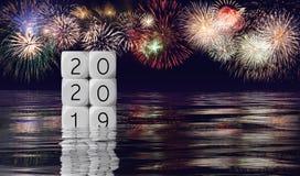 Composto dei fuochi d'artificio e del calendario per il fondo di festa di 2020 nuovi anni fotografia stock libera da diritti