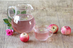 Compota de Apple en un jarro transparente ambas manzanas frescas y una rosa Foto de archivo