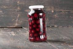 Compota de la cereza en un tarro de cristal Foto de archivo libre de regalías
