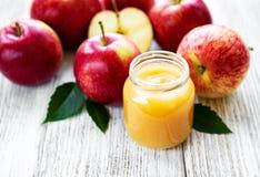 Compota de maçã no frasco de vidro foto de stock