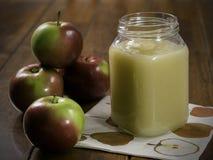Compota de manzanas imagenes de archivo