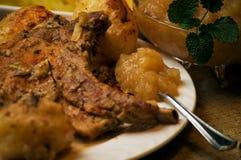 Compota de manzanas con tajadas de cerdo Imagen de archivo libre de regalías