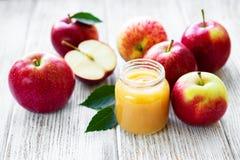 Compota de manzanas en el tarro de cristal fotografía de archivo