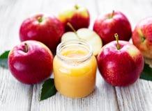 Compota de manzanas en el tarro de cristal foto de archivo libre de regalías