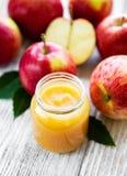 Compota de manzanas en el tarro de cristal fotos de archivo