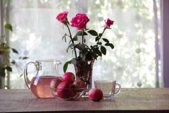 Compota de manzanas en un jarro transparente Foto de archivo