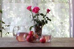 Compota de manzanas en un jarro transparente en una tabla de madera Fotos de archivo libres de regalías