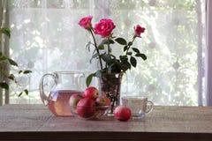 Compota de manzanas en un jarro transparente en una tabla de madera Fotografía de archivo libre de regalías