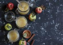 Compota de manzanas hecha en casa en los tarros de cristal en fondo oscuro Visión superior, espacio libre para el texto Fotos de archivo