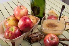 Compota de manzanas orgánica sana con canela Foto de archivo