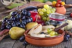 Compota de peras con las uvas Imágenes de archivo libres de regalías