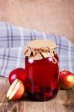 Compota deliciosa doce das bagas no frasco de vidro na tabela de madeira Imagens de Stock Royalty Free