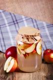 Compota deliciosa doce das maçãs no frasco de vidro na tabela de madeira Foto de Stock