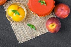 Compota do pêssego com meios pêssegos Fotografia de Stock