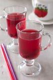Compote μούρων φιαγμένο από φράουλες και σταφίδες Κόκκινη ζελατίνα φρούτων μούρων σε ένα γυαλί Στοκ εικόνες με δικαίωμα ελεύθερης χρήσης