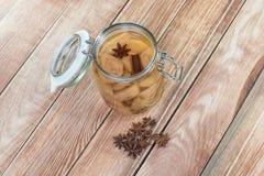 Compote conservée de poire avec l'anis et la cannelle d'étoile dans le pot en verre Photographie stock libre de droits