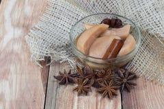Compote de poire sur le Tableau en bois avec l'anis et les clous de girofle d'étoile Photo libre de droits